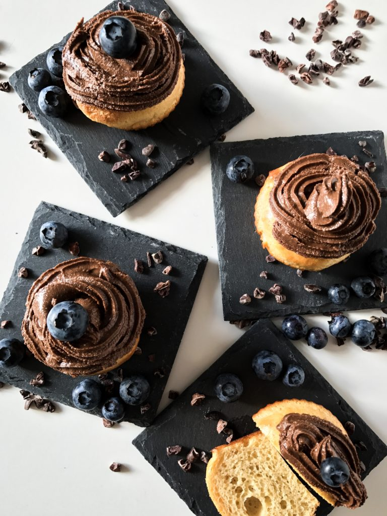 Protein-Fluffins mit Blaubeeren und Cashew Topping