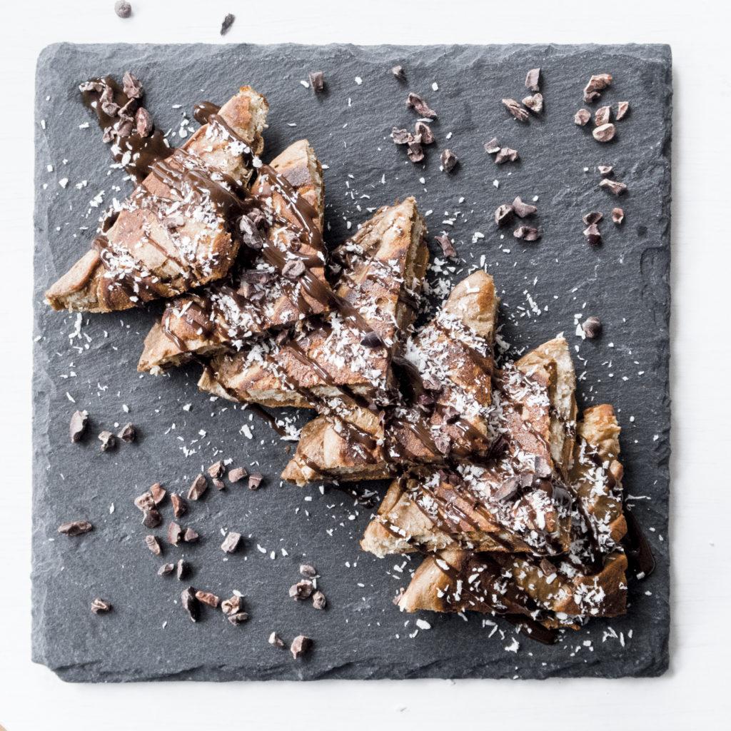 Protein French Toast mit Kakaonibs und Kokosraspeln