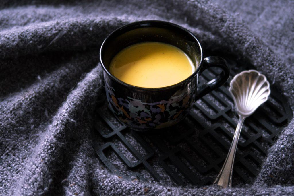"""Heute habe ich ein weiteres Getränk für eurer Immunsystem: Kurkuma-Latte oder auch """"die goldene Milch"""". Mein Kurkuma-Latte Rezept ist wahlweise vegan und glutenfrei."""